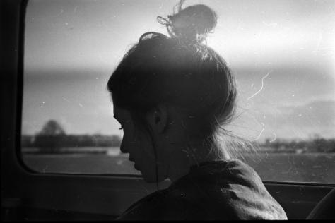 chica- autobús- ventana- pelo- horas- mañana-pensamiento- nina peña