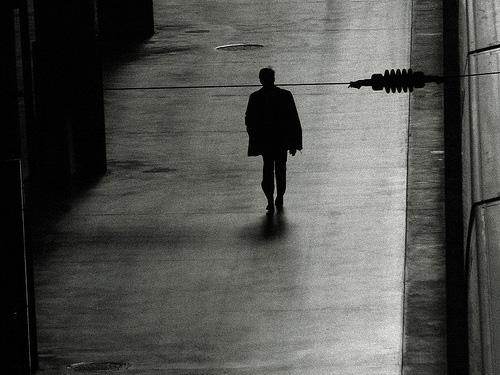 hombre- caminando- sombras- estación- tren - nina peña - libros mas vendidos recomendados en castellano - descargar -