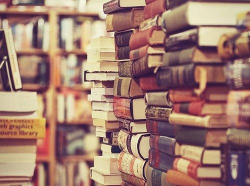 Vivir de la literatura o vivir del cuento.