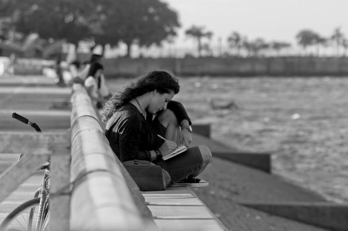 mujer escribiendo - nina peña - libros - escritora