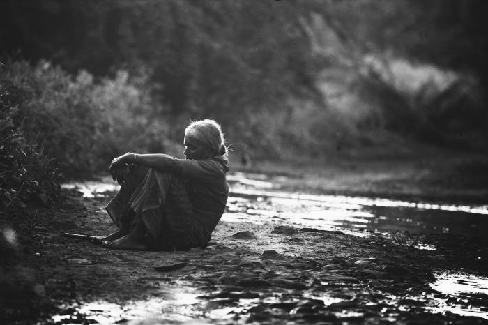 mujer - tristeza - soledad - rio