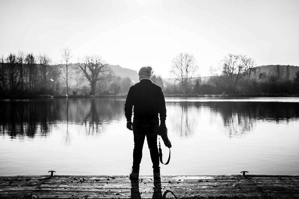 hombre - lago - árboles - invierno