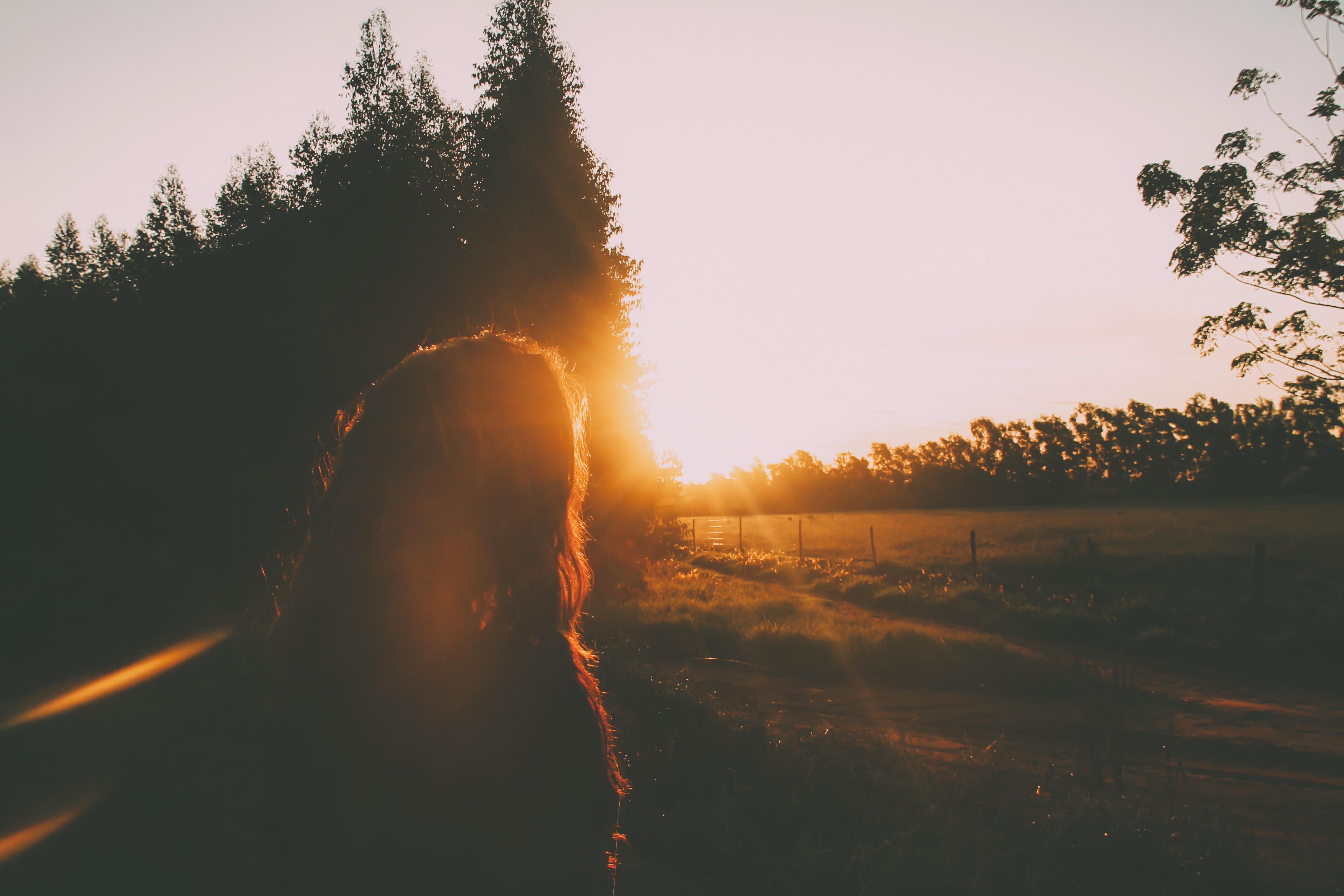 campo - árboles - mujer
